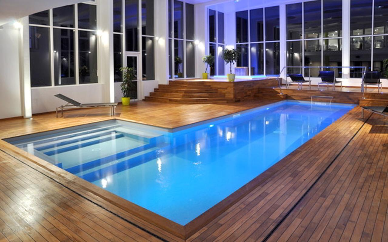 Teak navy lam in a swimming pool rrnews for Piscine de mons grand large
